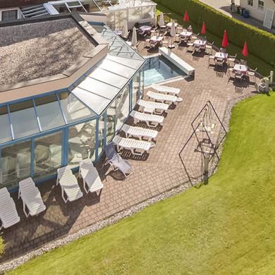 Hotel Vierjahreszeiten - Liegebereich im Garten